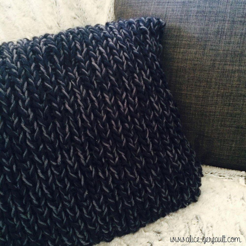 Housse de coussin au tricot par Alice Gerfault