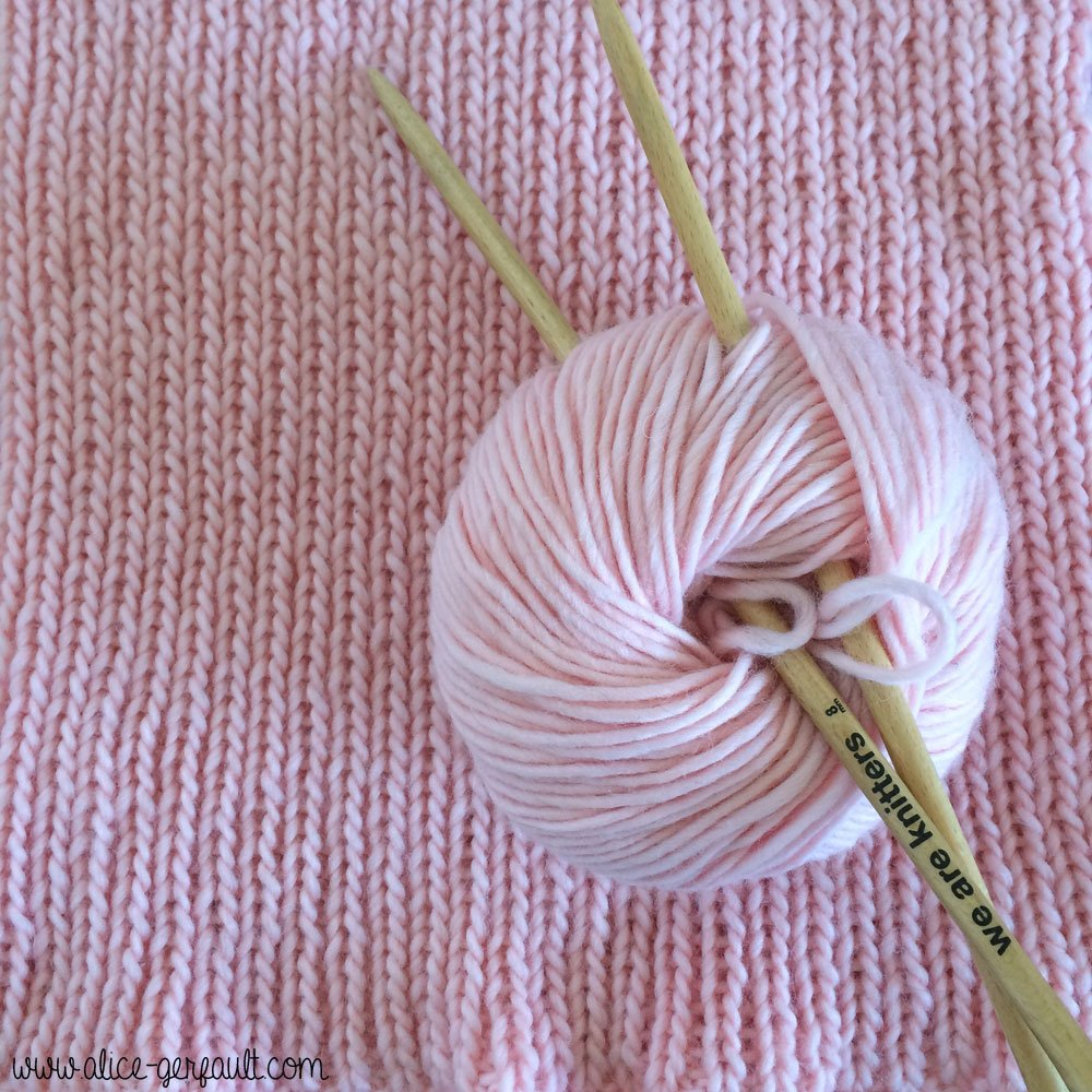Pull rose We are Knitters au point élastique, tricot par Alice Gerfault