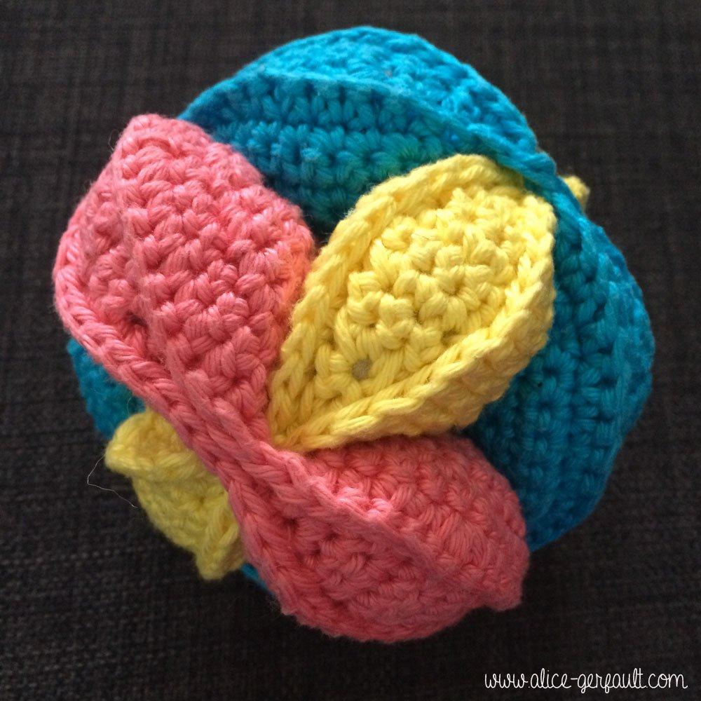 Balle puzzle ou balle de préhension au crochet, DIY par Alice Gerfault