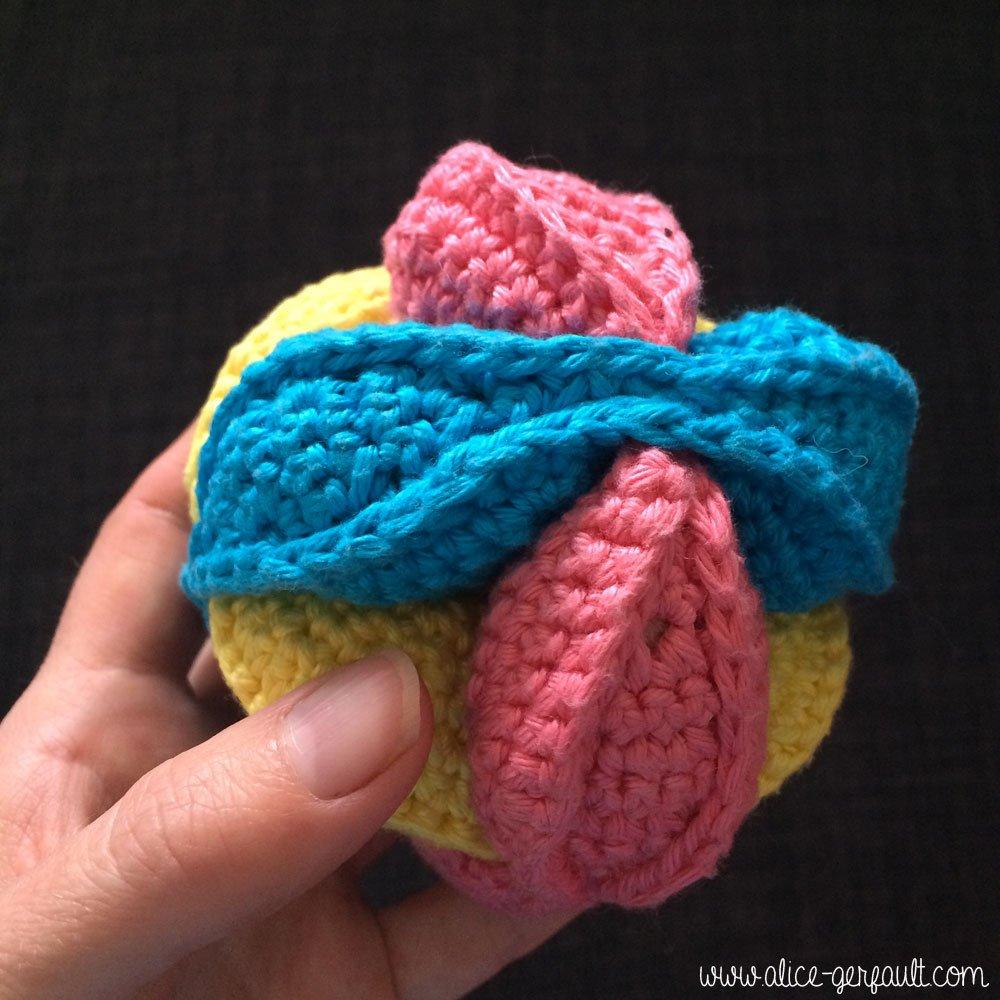 Balle puzzle au crochet terminée, DIY par Alice Gerfault
