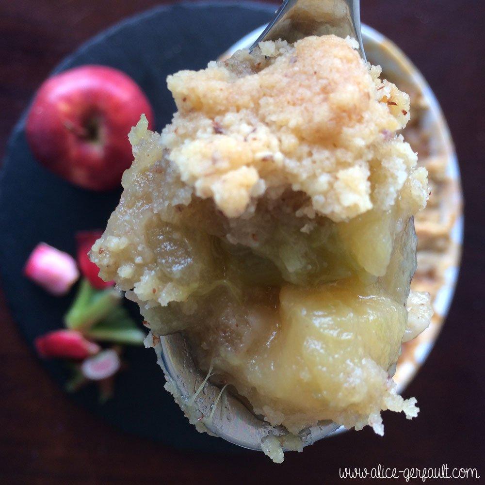 Crumble rhubarbe et pommes, recette par Alice Gerfault