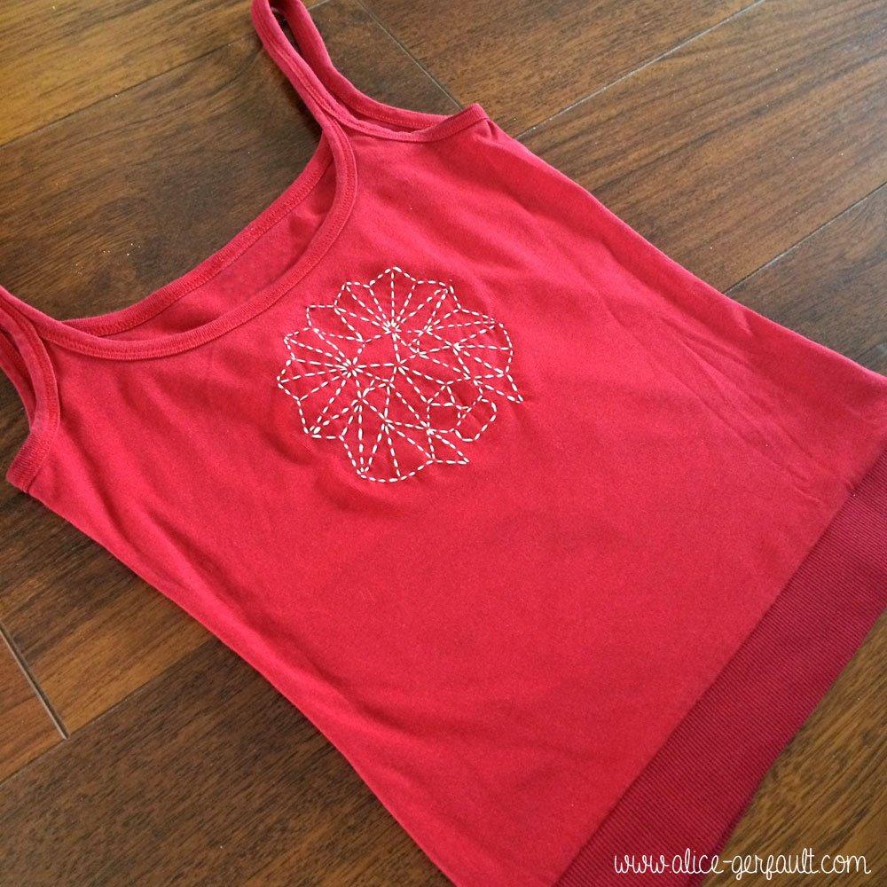 Customiser un t-shirt avec un lion géométrique brodé, DIY par Alice Gerfault