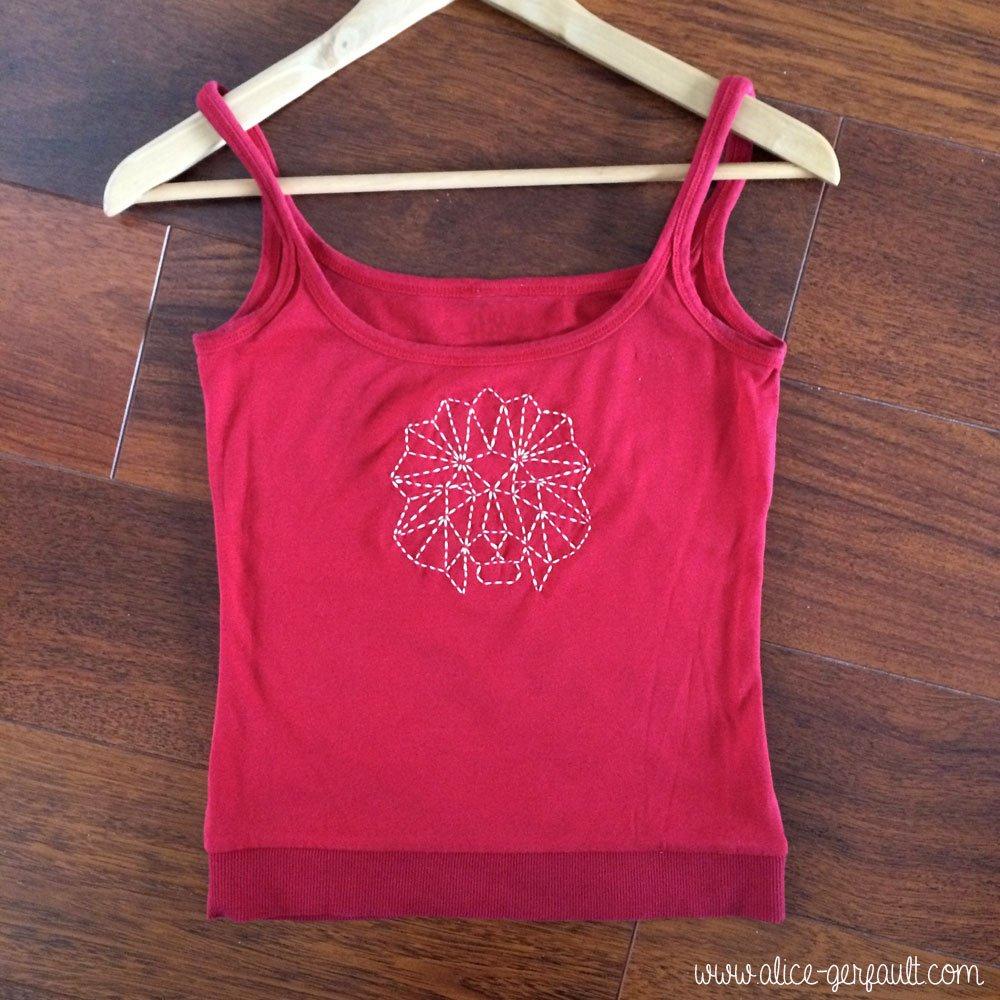 T-shirt customisé avec un lion géométrique brodé, DIY par Alice Gerfault