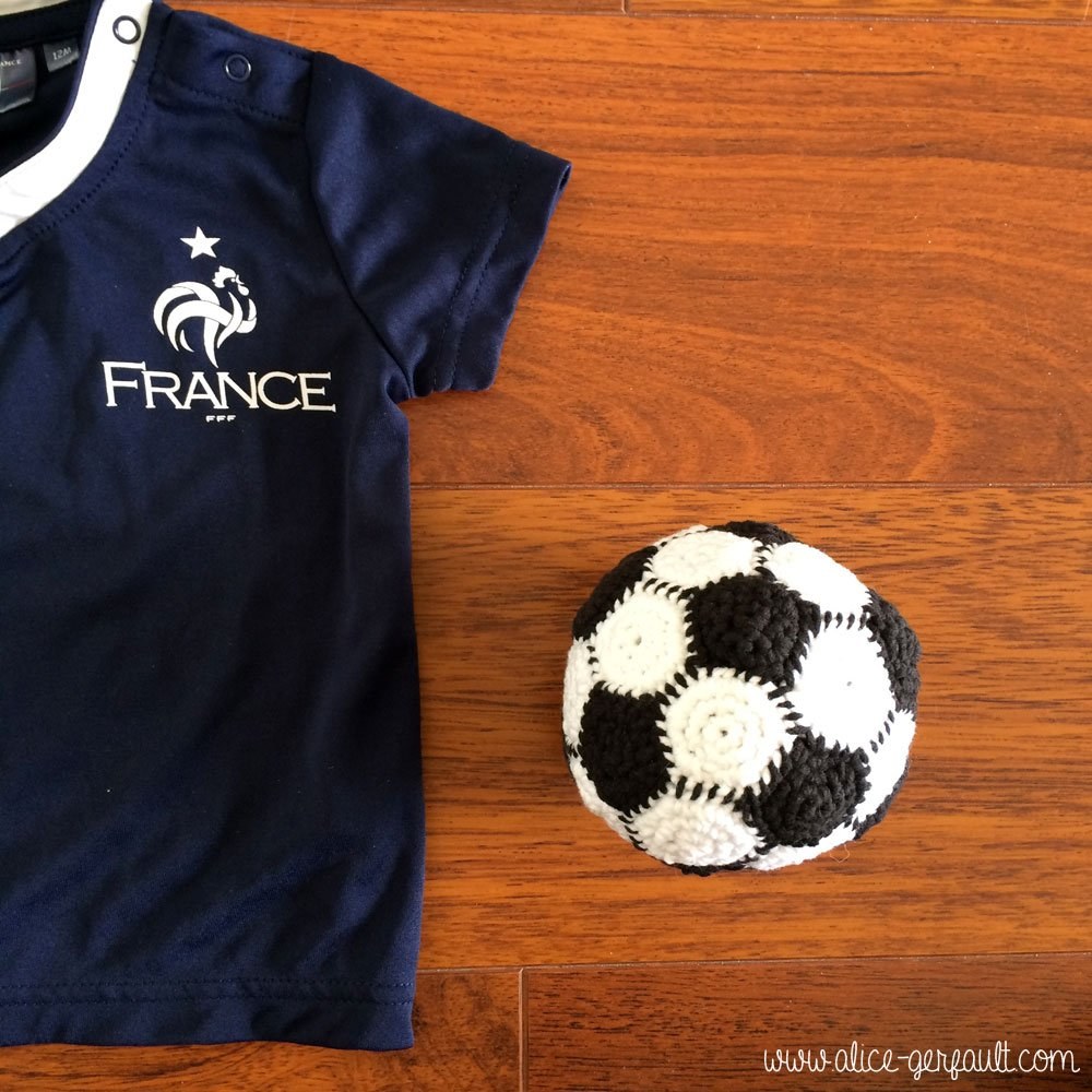 Ballon de football au crochet, DIY par Alice Gerfault