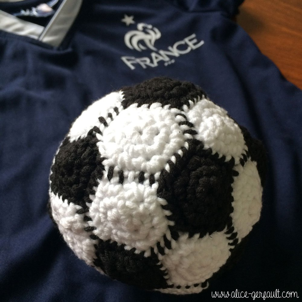 Ballon de foot au crochet, DIY par Alice Gerfault