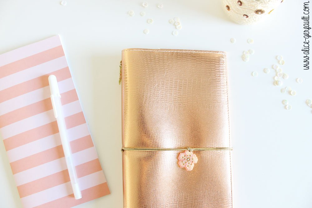 Traveler's Notebook (Fauxdori) avec bijou en perles Miyuki,, DIY by Alice Gerfault