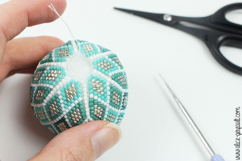 Boule de noël au en perles miyuki et crochet, DIY by Alice Gerfault
