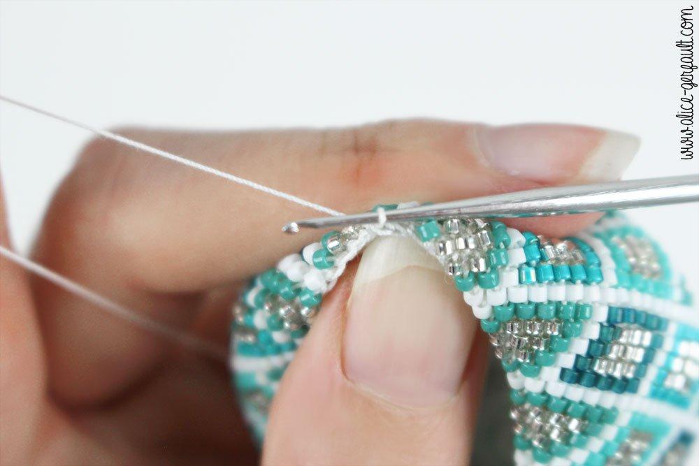 Boule de noël en perles miyuki et crochet, DIY by Alice Gerfault