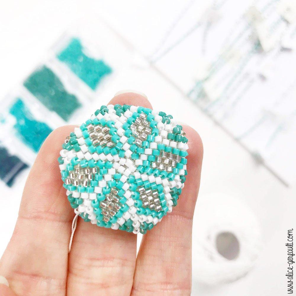 Matériel pour réaliser la boule de noël en perles miyuki et crochet, DIY by Alice Gerfault
