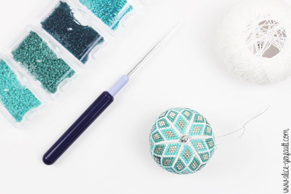 Boule de noël au crochet et perles miyuki, DIY by Alice Gerfault
