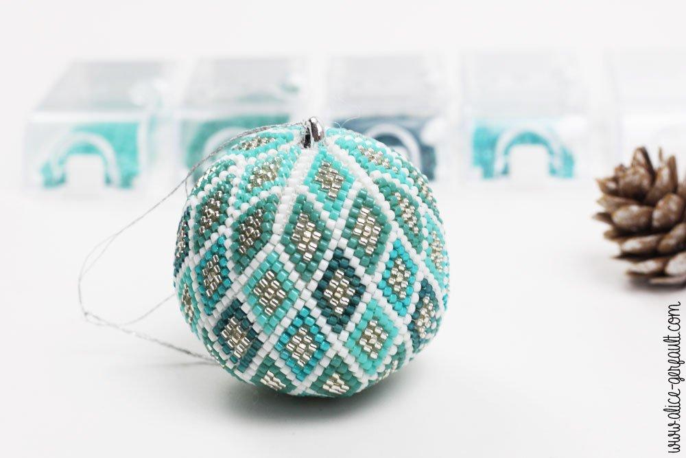 Boule de noël en perles miyuki au crochet, DIY by Alice Gerfault