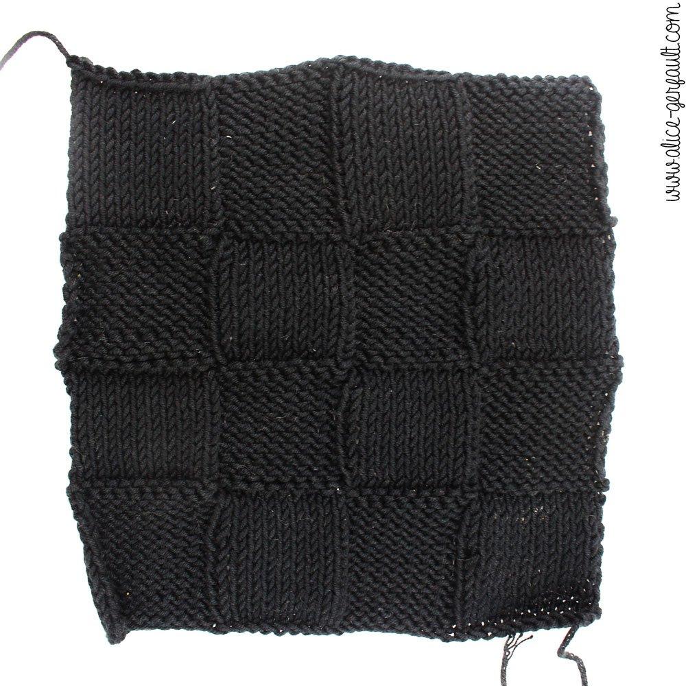 Carré au tricot pour Tapis d'éveil sensoriel Montessori, DIY par Alice Gerfault