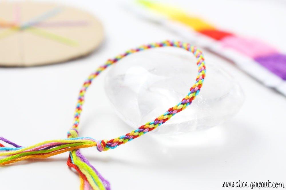 Bracelet arc-en-ciel, tissage Kumihimo, DIY par Alice Gerfault