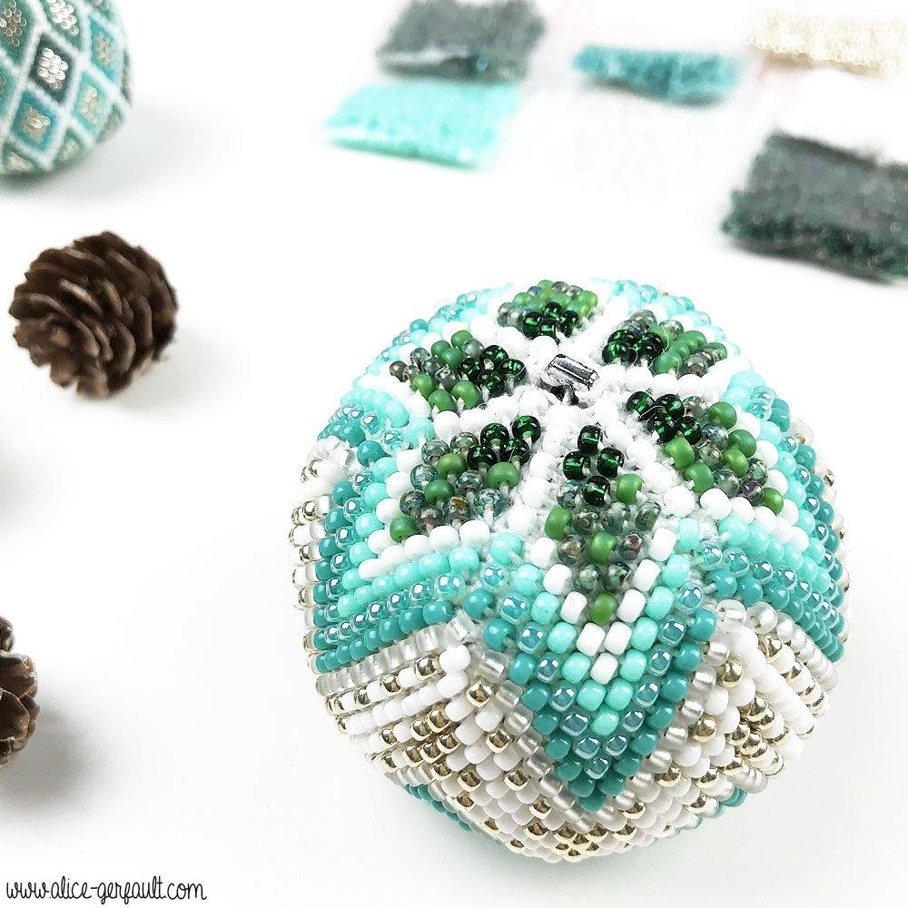 Boule de Noël au crochet et perles de Rocaille, DIY by Alice Gerfault