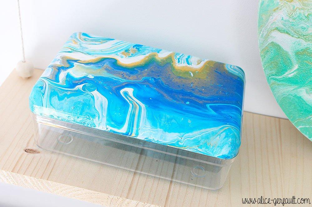 J'ai testé l'acrylic pouring pour customiser une boite en plastique, DIY par Alice Gerfault