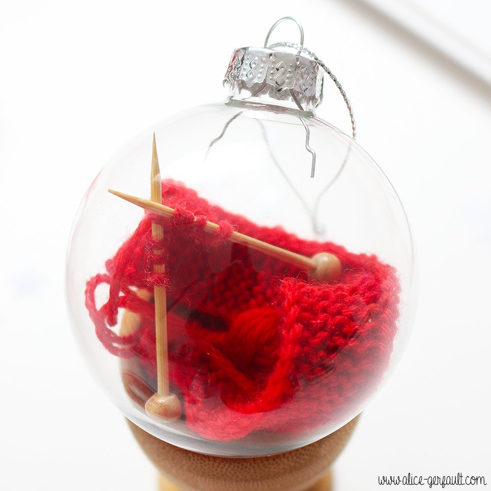 Boule de noël garnie d'un mini tricot, DIY par Alice Gerfault