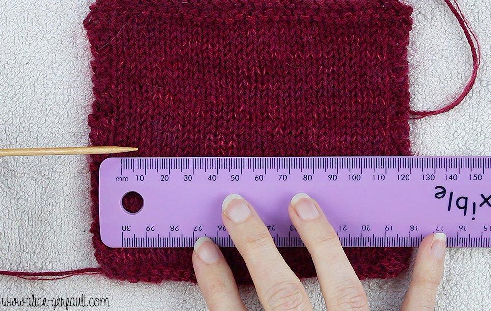 Mesurer son échantillon - Je tricote mon premier pull avec Alice Gerfault